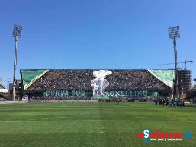 """""""Curva sud Agnellino"""": la coreografia goliardica dei tifosi granata per il derby - aSalerno.it"""