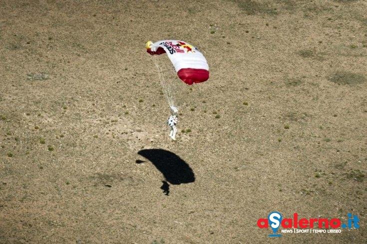 Calcola male l'atterraggio, paracadutista trasportato in codice rosso all'ospedale Ruggi - aSalerno.it