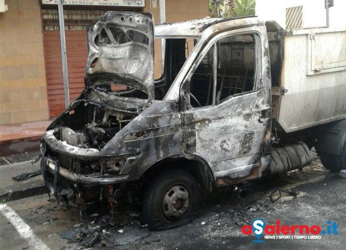 Paura per 2 operatori del Consorzio di Bacino, prende fuoco mezzo di raccolta rifiuti – FOTO - aSalerno.it