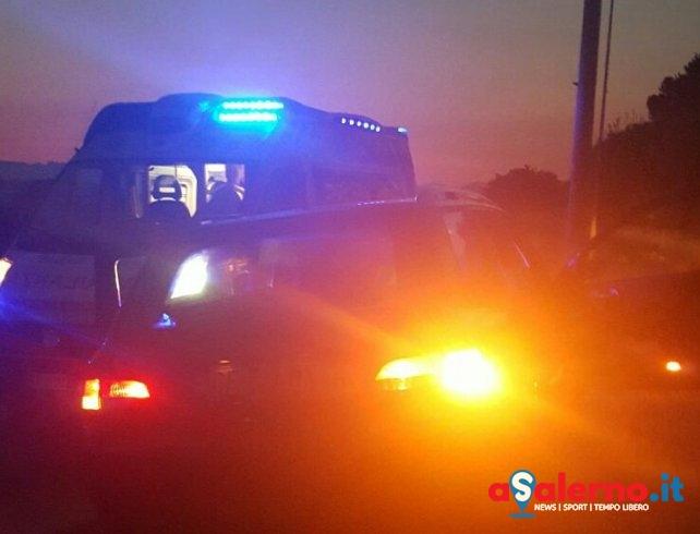 Incidente sull'Aversana: auto contro palo dell'illuminazione – FOTO - aSalerno.it