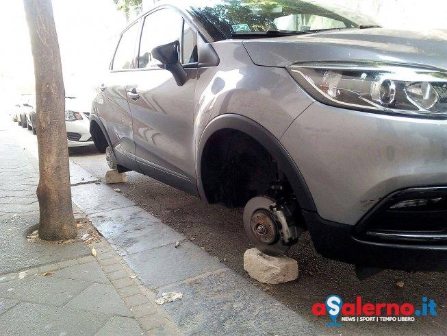 """Auto sui """"mattoni"""" in via Vernieri, furto di pneumatici nella notte? – LE FOTO - aSalerno.it"""