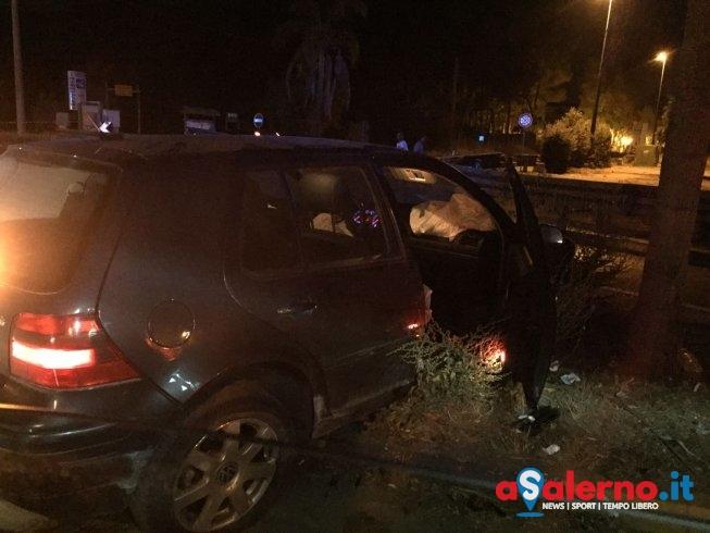 Incidente nella notte a Campolongo: Golf perde il controllo in una rotatoria – FOTO - aSalerno.it