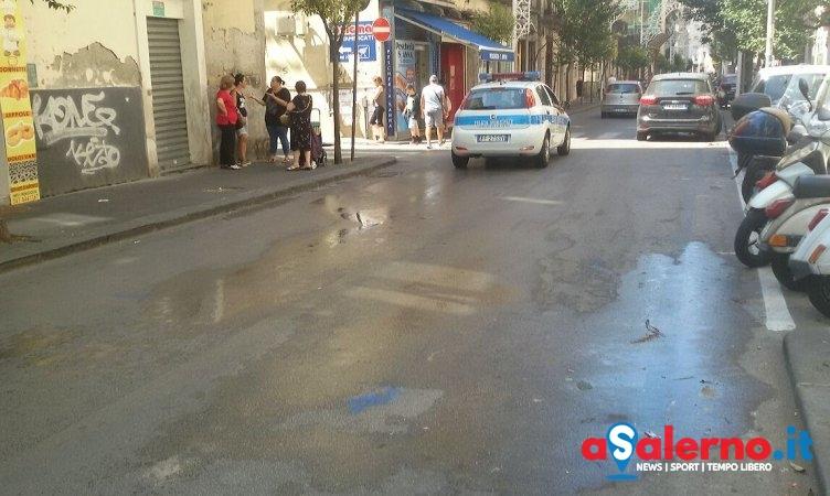 Perdita d'acqua sul Carmine, preoccupazione anche per i ciclomotori in transito – FOTO - aSalerno.it
