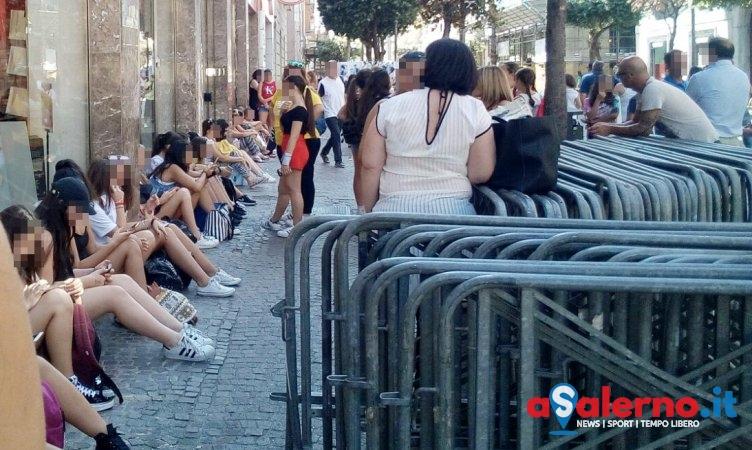 """Giovani salernitane """"pazze"""" per Riki: grande attesa per il firmacopie alla Feltrinelli – FOTO - aSalerno.it"""