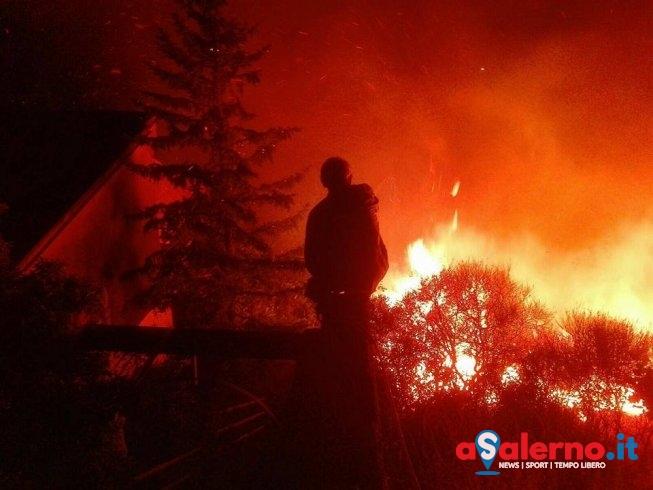 Ieri sera incendio di vaste proporzioni a Capezzano - aSalerno.it