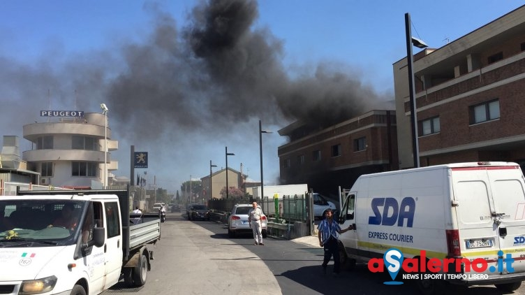 Incendio alla Zona Industriale di Salerno: in fiamme struttura - aSalerno.it