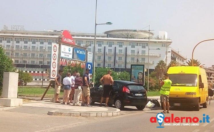 Incidente su via Lungomare Tafuri, impatto tra auto e motorino – FOTO - aSalerno.it