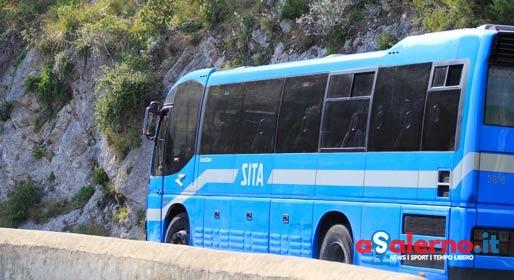 Evita impatto con ciclomotore: autobus della Sita si schianta contro un pilastro - aSalerno.it