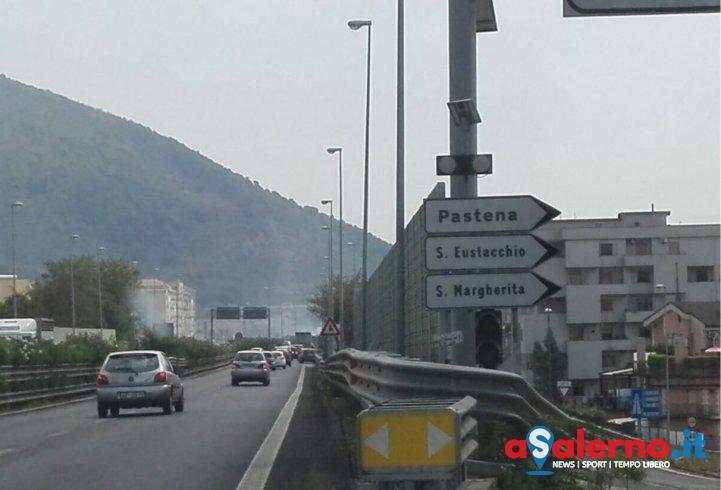 Incendio sulla Tangenziale, bloccata temporaneamente la corsia in direzione Sud – FOTO - aSalerno.it