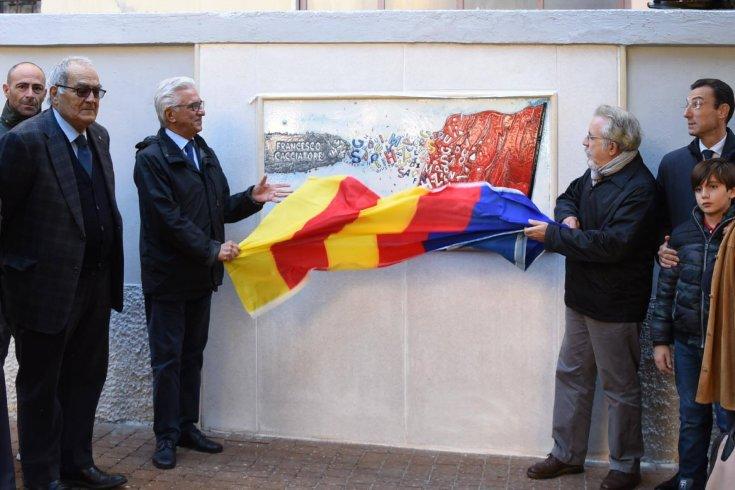 A Torrione l'opera di Enzo Bianco dedicata a Francesco Cacciatore - aSalerno.it