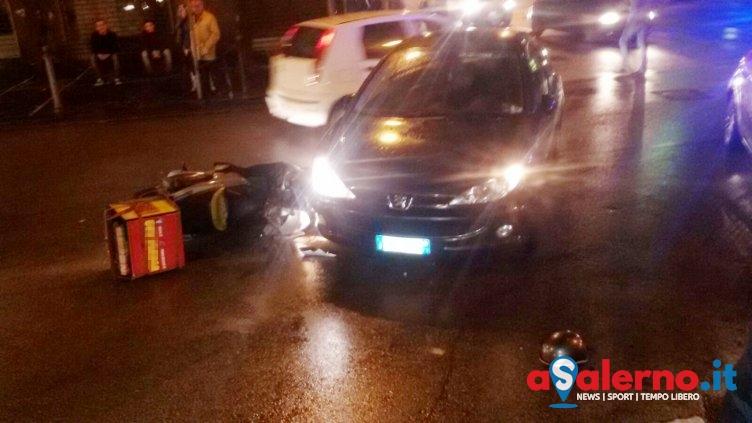 Incidente sul Carmine: impatto tra auto e motorino per consegna pizza - aSalerno.it