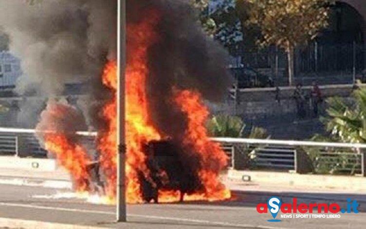 Auto prende fuoco vicino al Ghirelli – LE FOTO - aSalerno.it