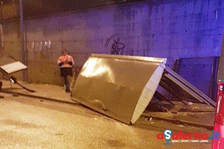 Tragedia evitata in via San Leonardo, auto fuori strada travolge pensilina del bus – LE FOTO - aSalerno.it