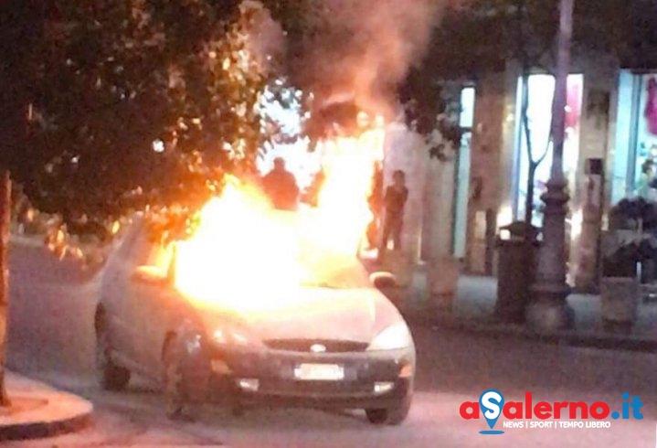 Auto in fiamme in via Trento, intervengono i vigili del fuoco – FOTO - aSalerno.it