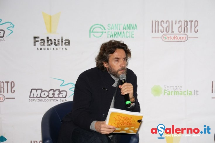 Natale da Fabula, Alessio Boni sale in cattedra e si specchia negli occhi dei giovani creativi - aSalerno.it