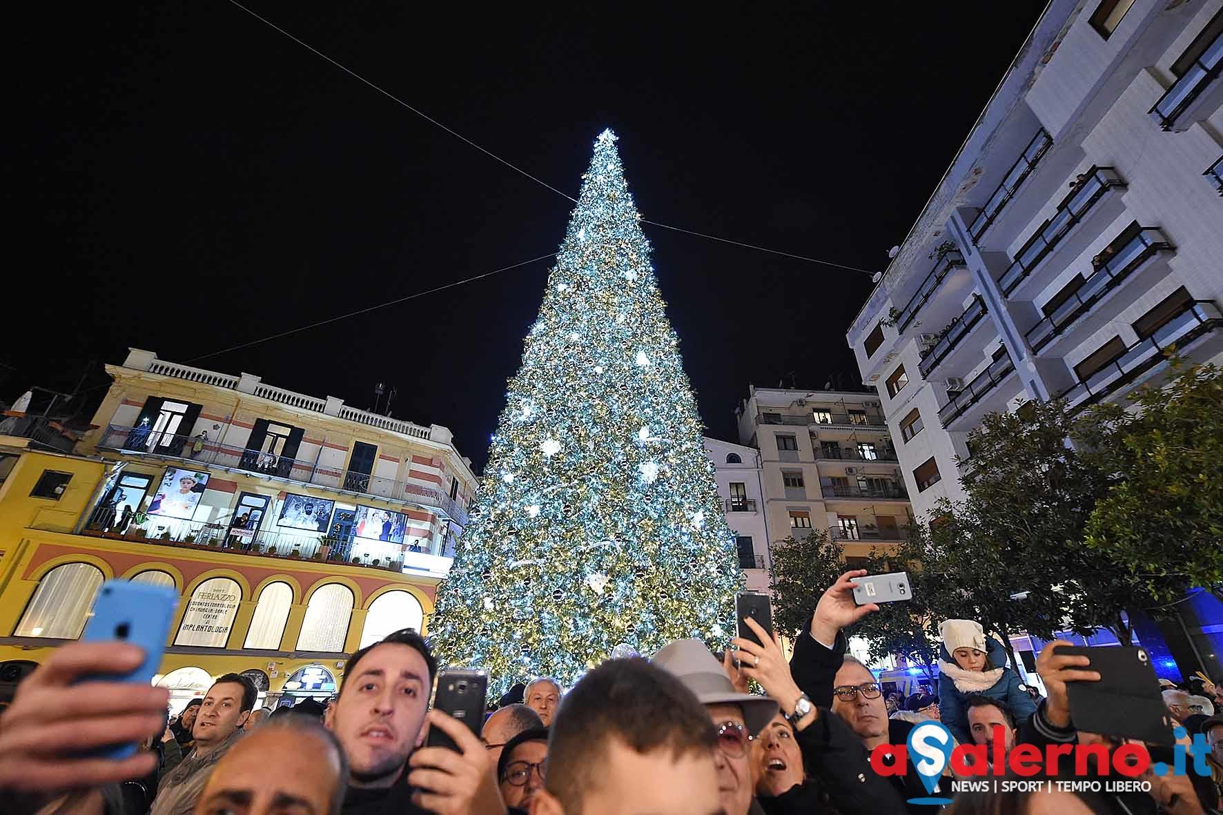 Serena Autieri accende l'albero di Natale