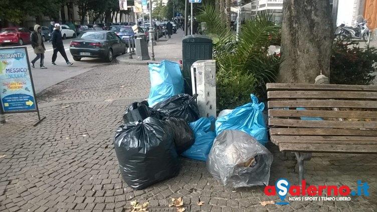 """Rifiuti sulla """"passeggiata"""" dei turisti, brutta immagine per Salerno in via Roma – LE FOTO - aSalerno.it"""