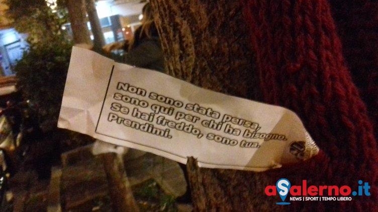 """""""Dona una sciarpa"""": indumenti lasciati sugli alberi per i senzatetto - aSalerno.it"""