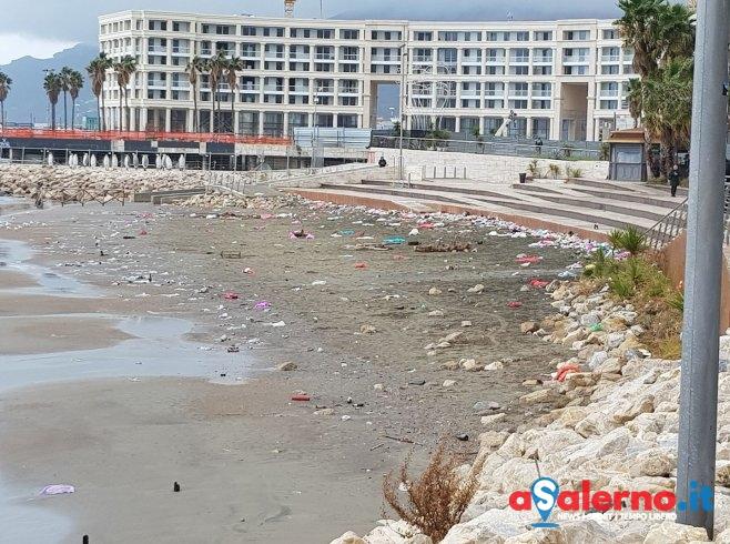 Sbornia Capodanno, degrado e rifiuti: bonificata la spiaggia di Santa Teresa – LE FOTO - aSalerno.it
