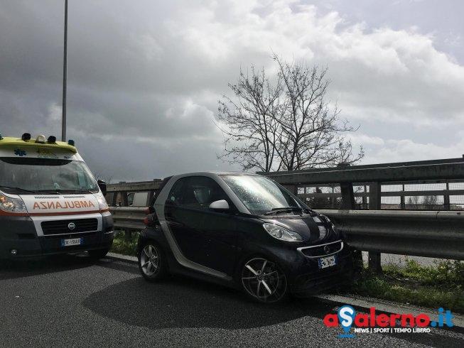Incidente sulla Tangenziale di Salerno, Smart contro guard rail – FOTO - aSalerno.it