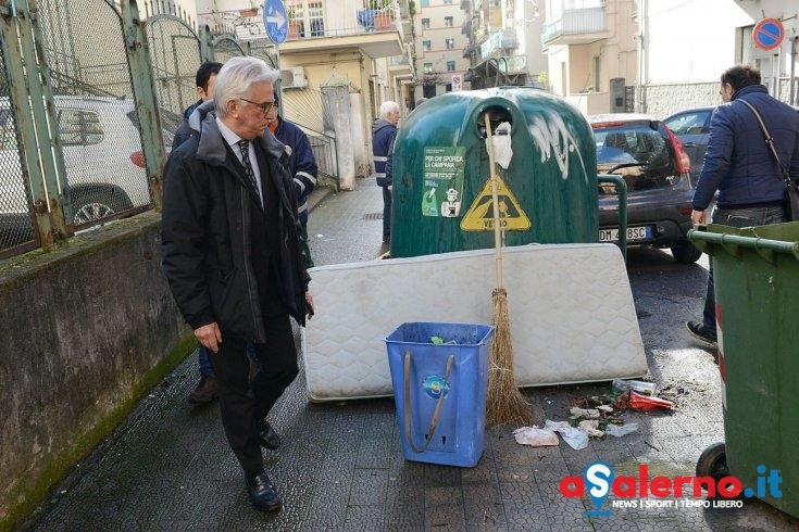 Rifiuti e voragine pericolosa, ispezione sul Carmine – LE FOTO - aSalerno.it