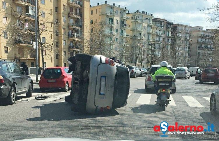 Paura sulla Lungoirno, auto si ribalta – LE FOTO - aSalerno.it