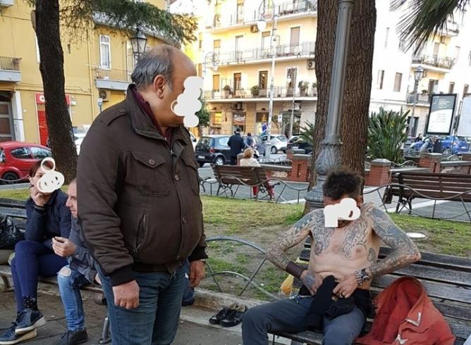 Si denuda in strada, in piazza San Francesco interviene anche il sindaco - aSalerno.it