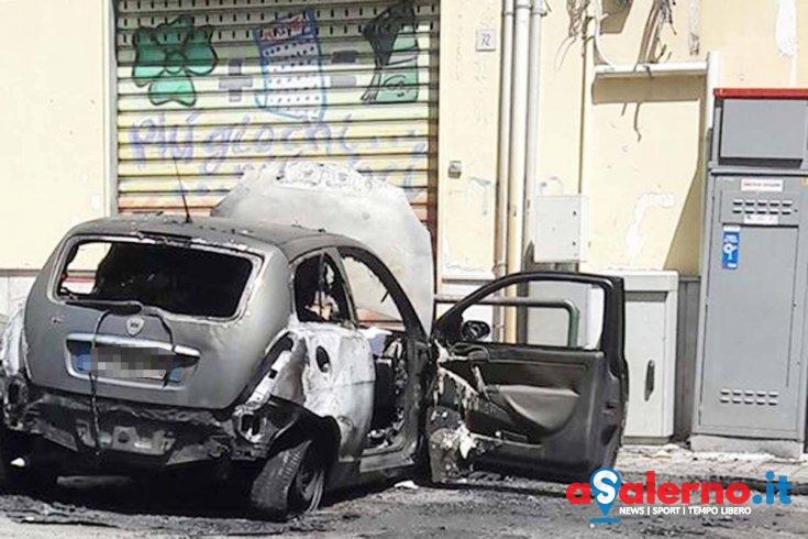 A fuoco auto in via Calenda - aSalerno.it