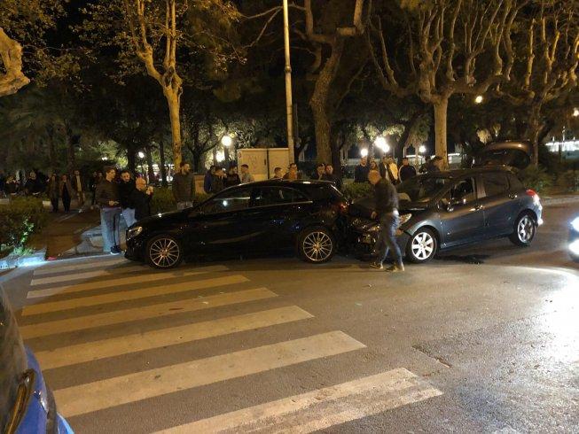 Incidente in centro, coinvolte 3 auto: nessun ferito grave – FOTO - aSalerno.it
