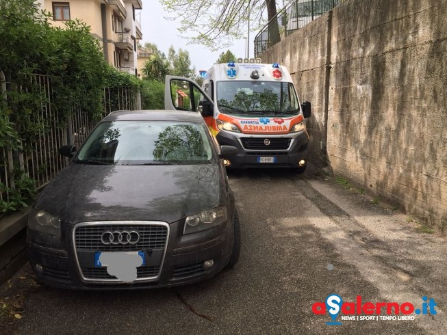 Via delle Ginestre, ambulanza in emergenza bloccata da auto in sosta – FOTO - aSalerno.it