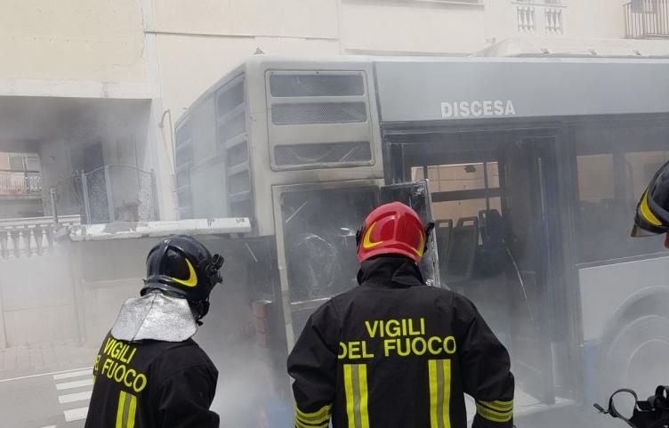 Prende fuoco autobus a Fuorni, in azione i Vigili del Fuoco – LE FOTO - aSalerno.it