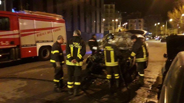 Auto si incendia sulla lungoirno, il guidatore si mette in salvo / FOTO - aSalerno.it
