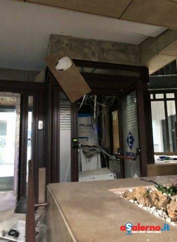 Distruggono bancomat nel Palazzo del Comune di Baronissi – FOTO - aSalerno.it