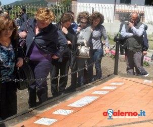 SAL - 05 05 2011 Sarno Commemorazione vitime alluvione nella foto alcuni parenti delle vittime del 5 maggio 1998 cercano i nominativi dei propri cari riportati sulle mattonelle alla base del monumento a forma di pentagono (foto Tanopress)