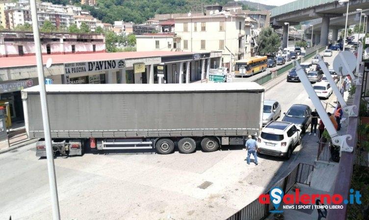 Tir sbaglia manovra: traffico paralizzato in via Irno – FOTO - aSalerno.it