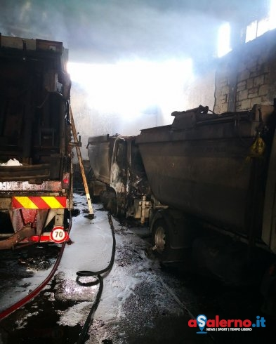 Incendio in un deposito: a fuoco 12 mezzi usati per la raccolta rifiuti – LE FOTO - aSalerno.it