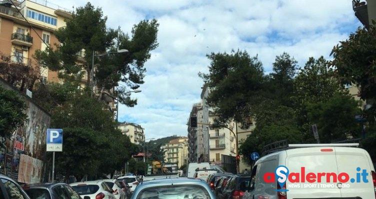 Auto in doppia fila e traffico in tilt: un inferno le mattine in via Prudente - aSalerno.it