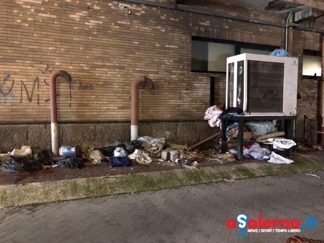 L'altra parte del Corso, clochard tra i rifiuti e la rabbia dei residenti - aSalerno.it