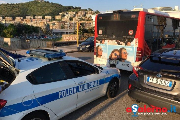 Senza biglietto sul bus a Mercatello, aggredisce il controllore - aSalerno.it