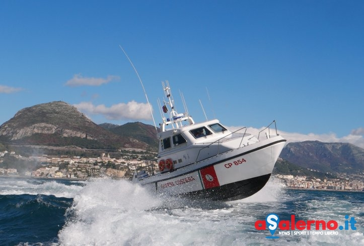 Si rompe la vela al catamarano: salvato 50enne in mare a largo di Amalfi - aSalerno.it