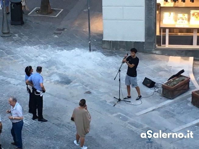 """Comincia a suonare in piazza Portanova ma viene """"bloccato"""" dai vigili – LE FOTO - aSalerno.it"""