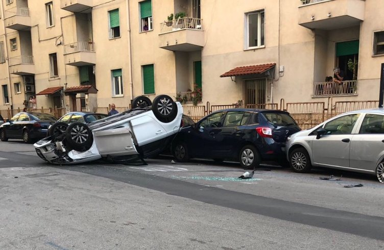 Paura in via Baratta, auto si ribalta – FOTO - aSalerno.it