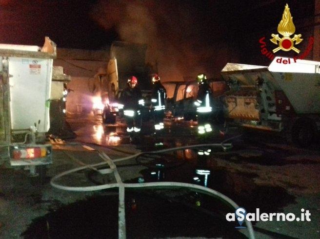 Avvolto dalle fiamme deposito a Castel San Giorgio, dentro c'erano mezzi di raccolta rifiuti - aSalerno.it