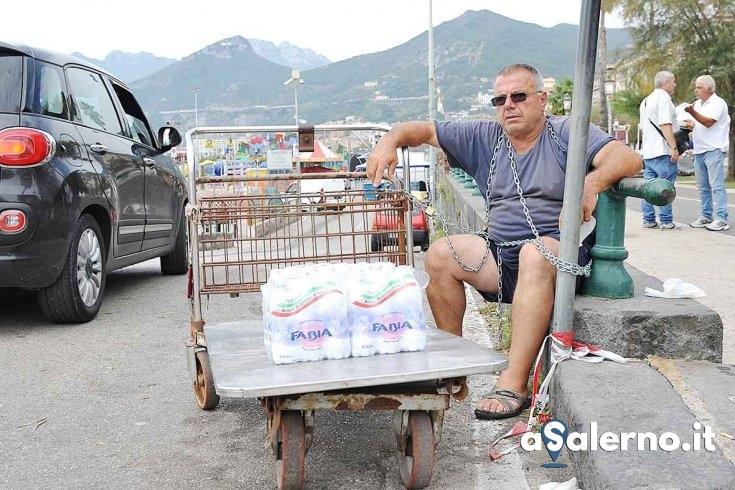 """Si incatena in piazza della Concordia, ambulante: """"Non mi fanno più lavorare.."""" - aSalerno.it"""
