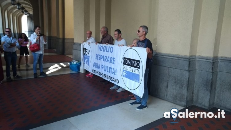 Fonderie Pisano, il Comitato Salute e Vita all'entrata del Comune di Salerno – VIDEO - aSalerno.it