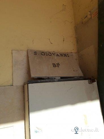 Lastra di marmo ancora staccata al Cimitero, cittadini chiedono intervento - aSalerno.it