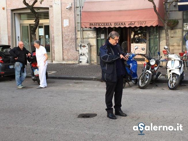 Buca nell'asfalto in via Roma, circolazione su una sola corsia - aSalerno.it