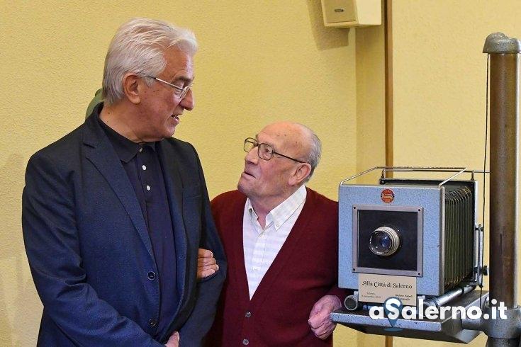 Una storica macchina fotografica donata al Comune di Salerno - aSalerno.it