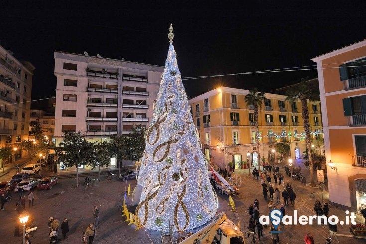 Prove d'accensione per l'albero, tutto pronto in piazza Portanova –  FOTO - aSalerno.it