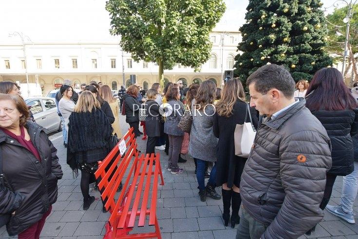 Giornata contro la violenza sulle donne, una panchina rossa vicino la Cittadella - aSalerno.it